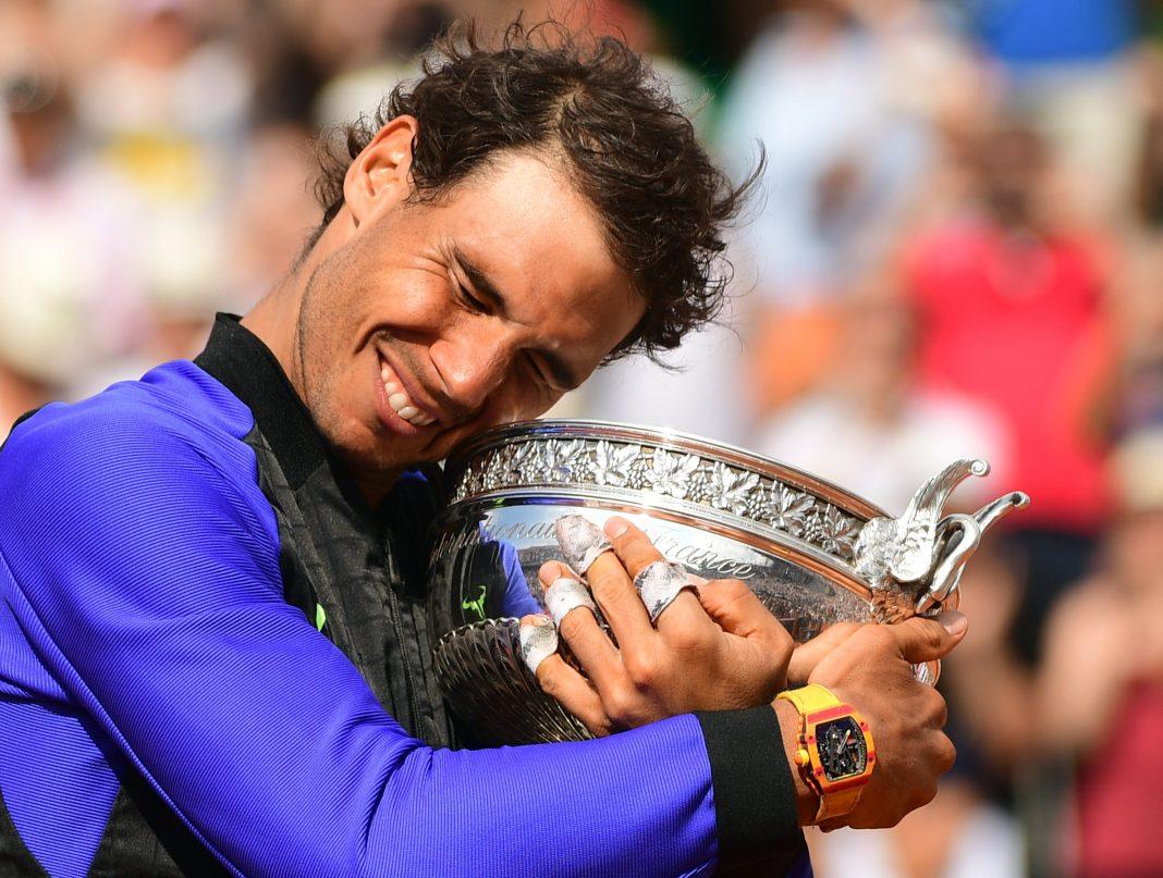 Rafa Nadal abraza la Copa de los Mosqueteros después de ganar por décima vez en su carrera Roland Garros.