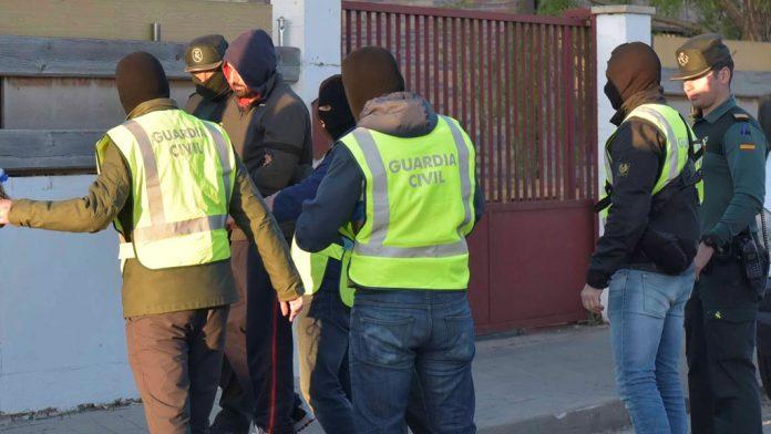 7_1 Guardia civil deteniendo a un Yihadista
