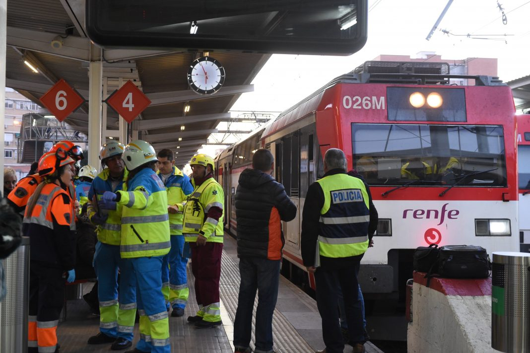 El tren accidentado en la estación de Alcalá de Henares.