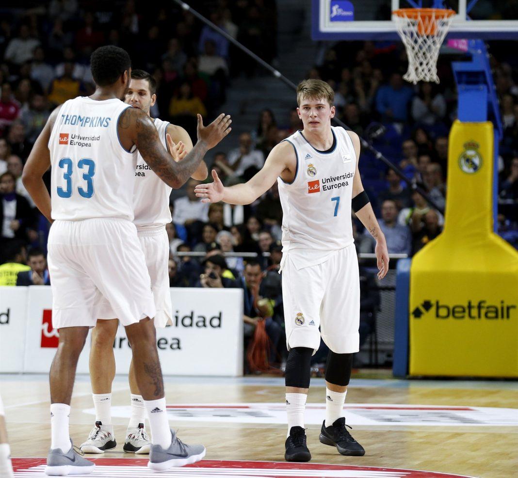 Los jugadores madridislas Doncic y Thompkinns, durante un encuentro, en una imagen de archivo.