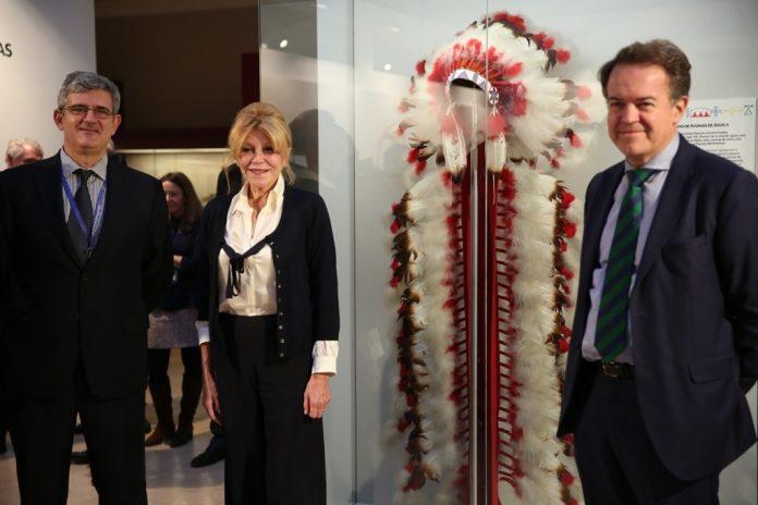 Carmen Thyssen durante la reciente cesión de una corona india de plumas al Museo Arqueológico Nacional.