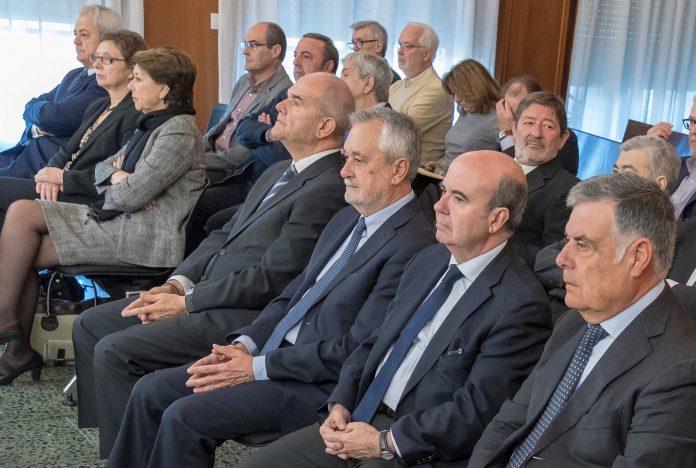 Chaves y Griñán (c) durante la sesión del juicio.