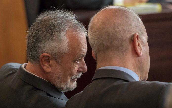 Los expresidentes Manuel Chaves (d) y José Antonio Griñán, conversan tras un receso en la segunda jornada del juicio de la pieza política de los ERE.
