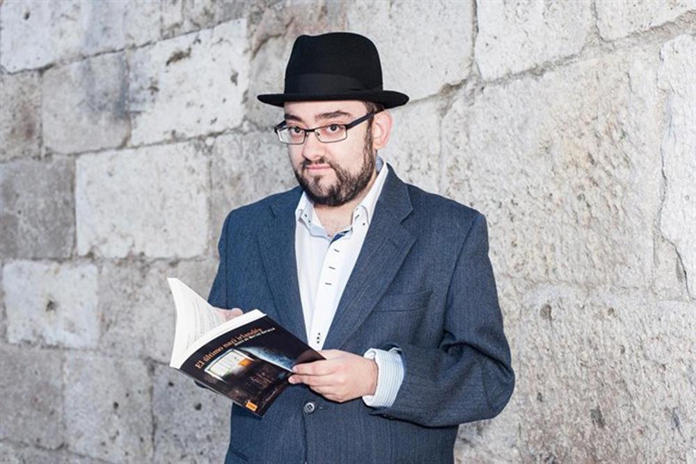 Jesús de Matías posa con su recién publicada novela.