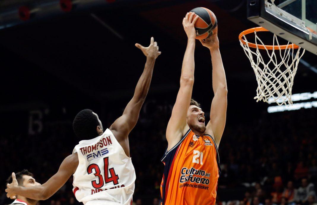 El pívot alemán del Valencia Basket Tibor Pleiss machaca la canasta.
