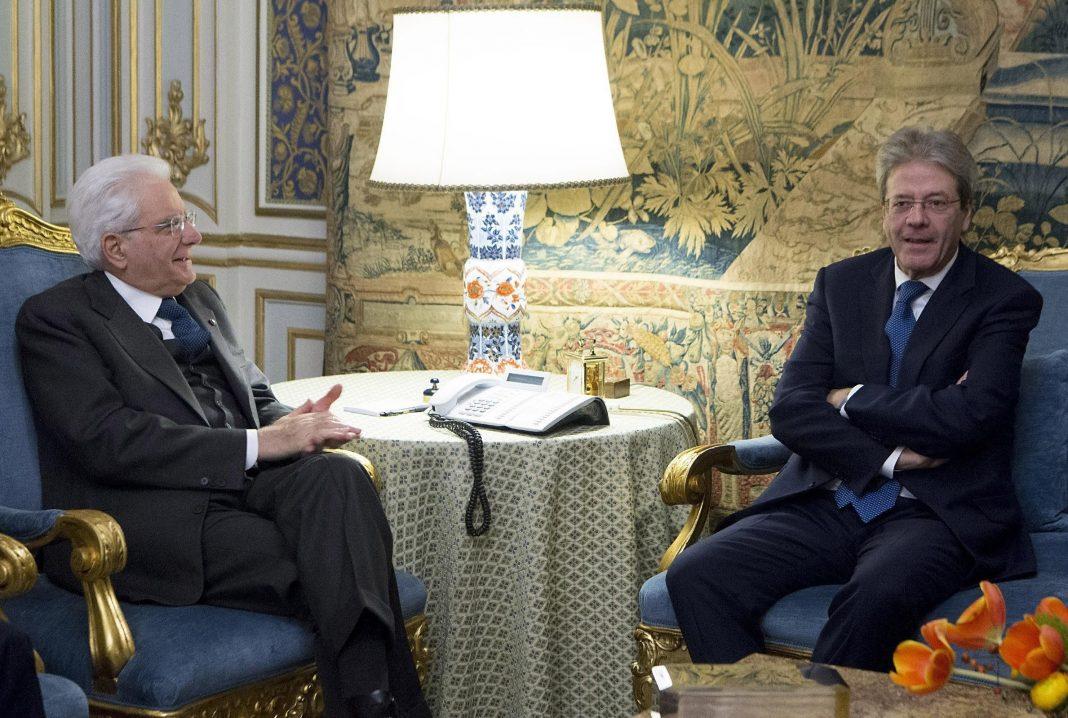 El primer ministro italiano, Paolo Gentiloni (dcha), se reunió ayer con el presidente italiano, Sergio Mattarella (izda).