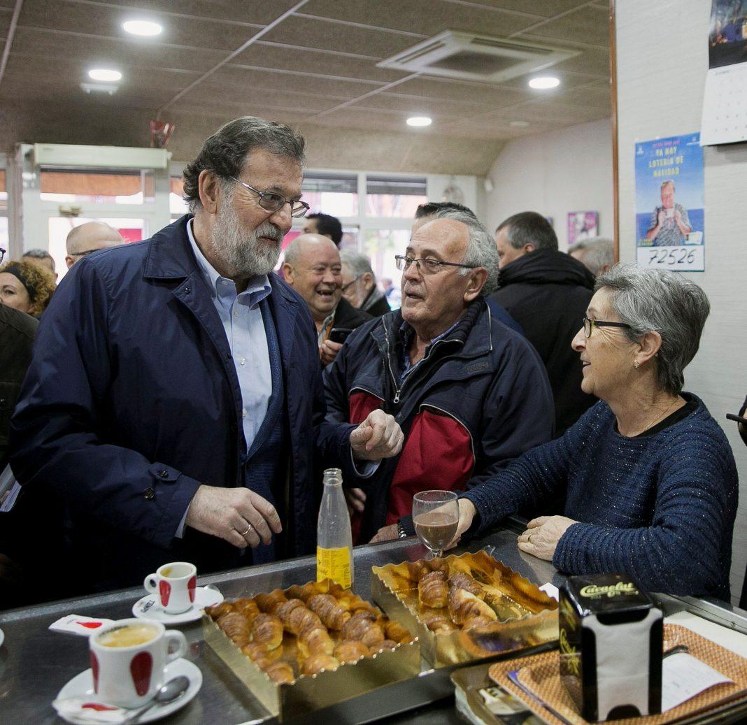 Mariano Rajoy (i) durante un paseo por Castelldefels antes del mitin en Mataró.