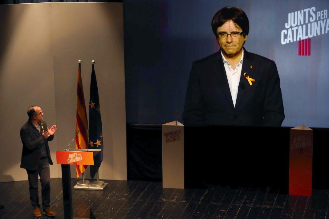El cabeza de lista de JuntsxCat y expresidente de Cataluña, Carles Puigdemont, en videoconferencia.