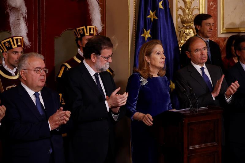 Mariano Rajoy (2i) junto a Ana Pastor y Pío García Escudero en los actos del Congreso por el Día de la Constitución.