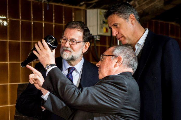 Rajoy (i) junto al candidato del PPC Xavier García Albiol (c) y el presidente de Freixenet.