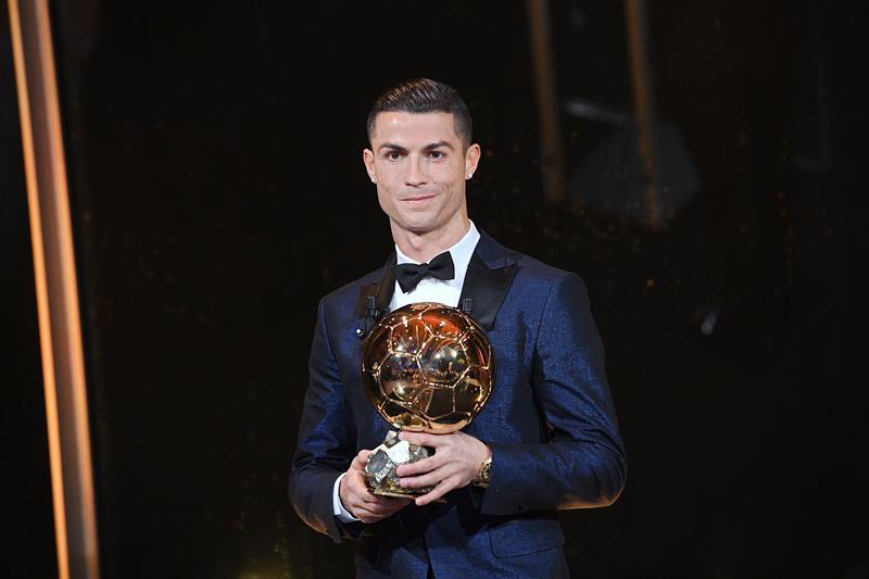 Cristiano Ronaldo posa con su quinto 'Balón de Oro' desde la Torre Eiffel.