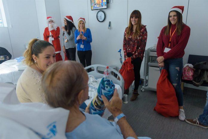 La cantante Rozalén repartiendo regalos de Navidad a personas mayores en un hospital