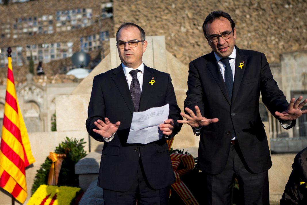 Los exconsellers Jordi Turull (i) y Josep Rull leen el mensaje enviado por Carles Puigdemont desde Bruselas.