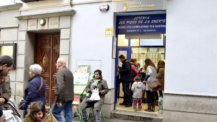 Los segovianos apuran estos días para comprar los décimos para 'El Niño'. / marta herrero