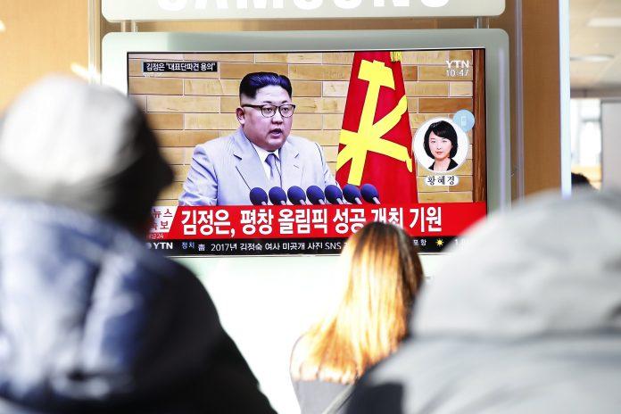 Ciudadanos surcoreanos ven el discurso del líder de Corea del Norte.
