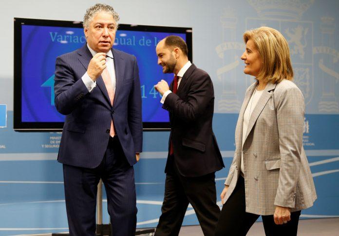 La ministra de Empleo, Fátima Báñez (d), junto a los secretarios de Estado de Empleo y Seguridad Social. / Efe