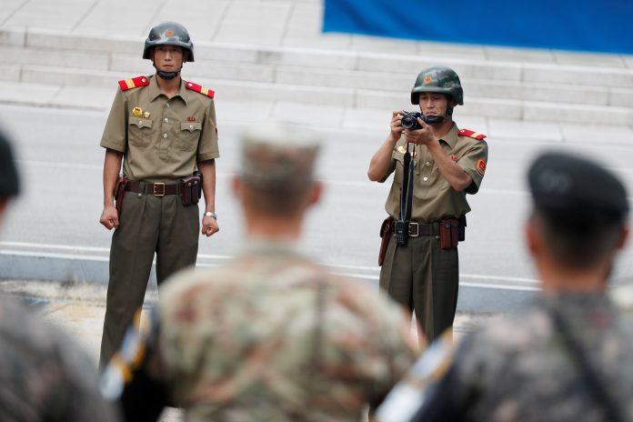 Soldados norcoreanos y soldados surcoreanos en la frontera entre ambos países. / efe