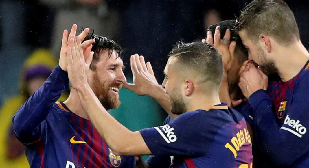 Los jugadores del Barça felicitan a Messi después de cerrar la remontada con el cuarto gol a la Real Sociedad en Anoeta.
