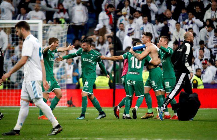 Nacho se retira cabizbajo del césped del Santiago Bernabéu después de que el Real Madrid cayese eliminado de la Copa del Rey ante el Leganés. / EFE
