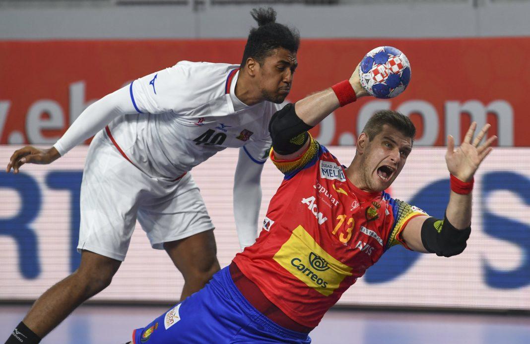Julen Aginagalde lanza a portería en el debut ante la República Checa.