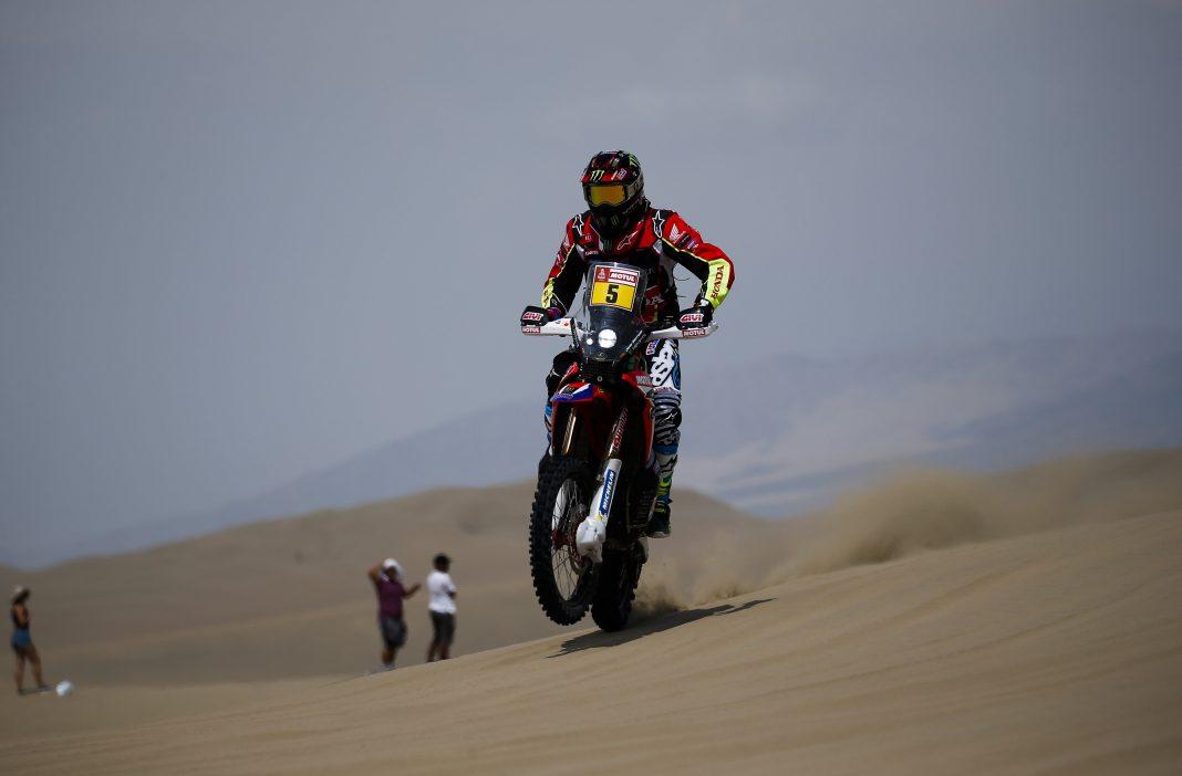 El español Joan Barreda, durante la disputa de la segunda etapa del Dakar 2018 con final en Pisco (Perú).