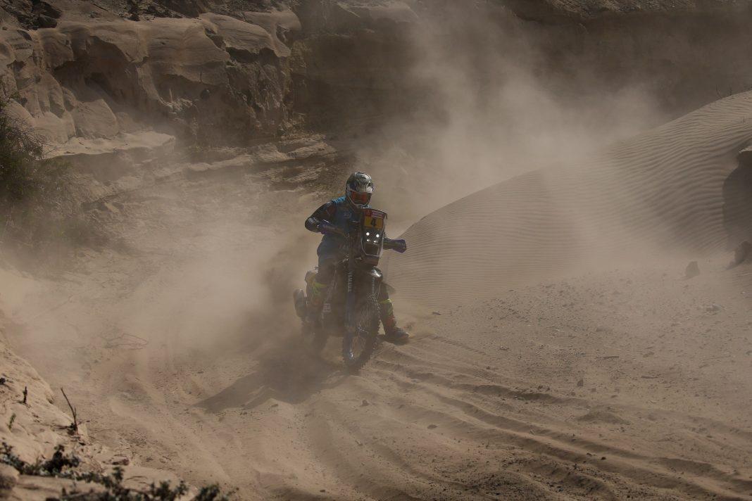 El francés Adrien van Beveren fue el más rápido de una etapa con 100 kilómetros de dunas por tierras peruanas.