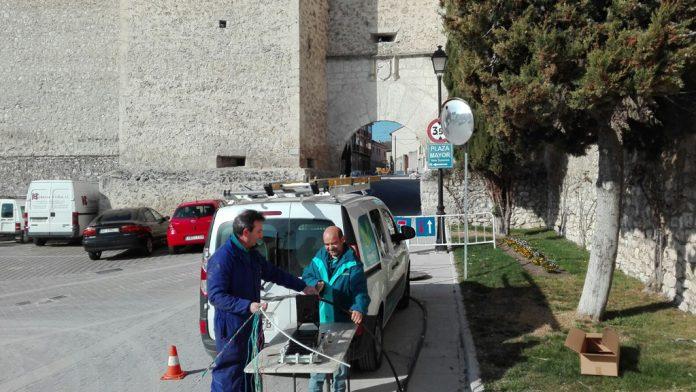 Operarios de telefonía instalando fibra óptica en la localidad segoviana de Cuéllar. La red provincial se irá extendiendo este año por otras localidades. / el adelantado