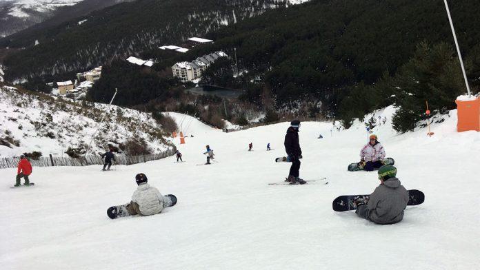 Esquiadores disfrutando ayer en la pista del Retorno de la estación de La Pinilla. / EL ADELANTADO