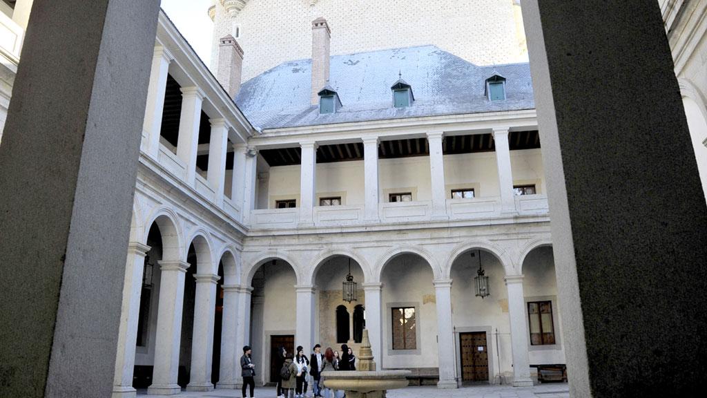 El Alcázar de Segovia es uno de los monumentos más visitados de España. / kamarero