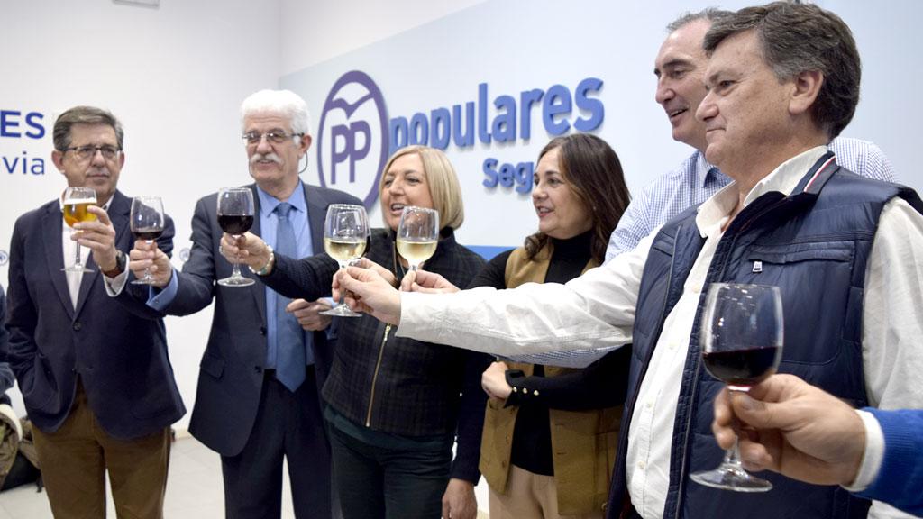 Paloma Sanz brinda con otros dirigentes populares. / Marta Herrero