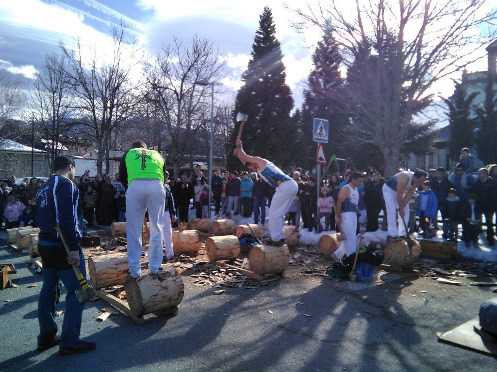 A mediodía tuvo lugar una exhibición de corta de troncos con hacha.