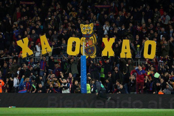 La afición del Barça muestra pancartas durante el partido de Copa ante el Espanyol.