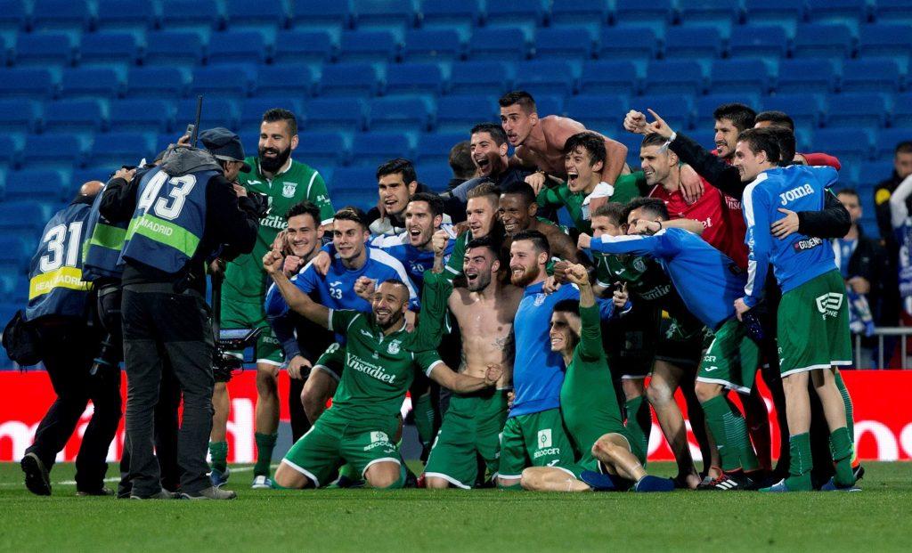 Los jugadores del Leganés celebran su hito en el Bernabéu.