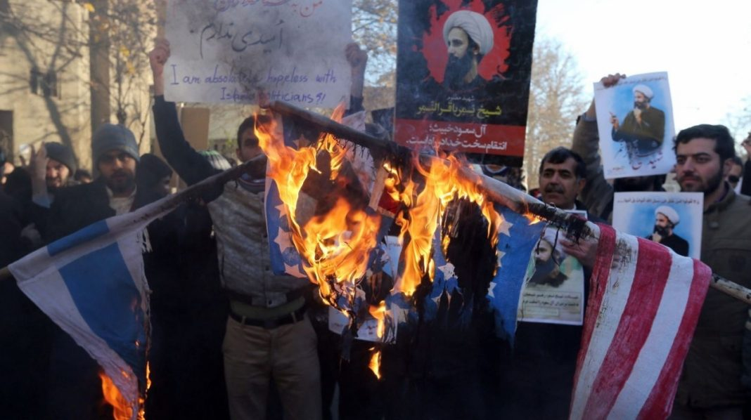 Miles de personas se manifiestan por las calles de Mashhad.