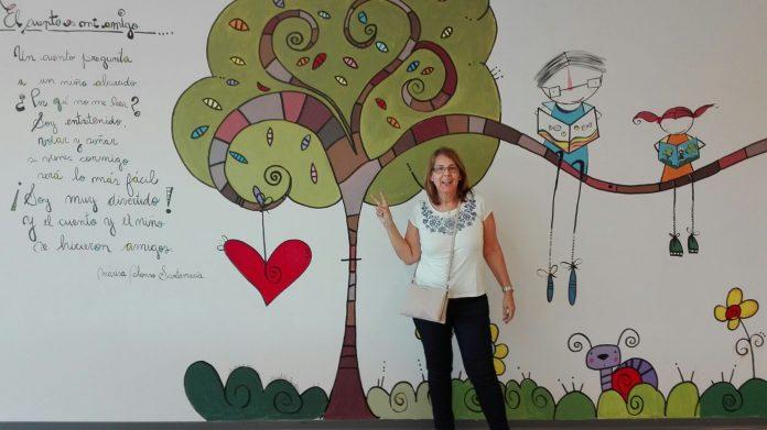 Marisa Alonso frente a su mural en una de las salas de la Biblioteca Pública de Segovia.
