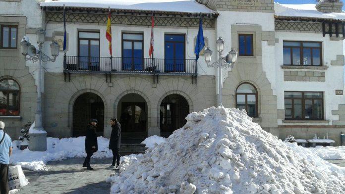 La nieve se acumula aún en toda la localidad, como en la Plaza del Ayuntamiento. / J.H.