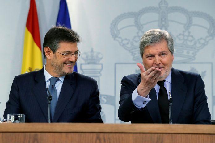 El ministro de Justicia, Rafael Catalá, y el ministro de Educación y portavoz del Gobierno, Íñigo Méndez de Vigo. /