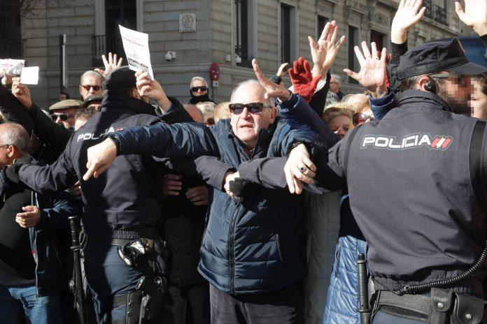 Los manifestantes llegaron a las puertas del Congreso, donde estaba teniendo lugar un Pleno.