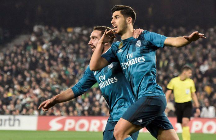 Asensio celebra con Carvajal el tercer gol del Real Madrid en el Benito Villamarín, el tanto número 6.000 de los blancos en la historia de la Liga.