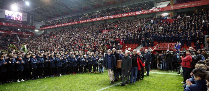 El estadio de El Molinón, que a partir de ahora llevará adosado a su nomenclatura el nombre de Quini, fue el escenario del multitudinario funeral del exfutbolista asturiano.
