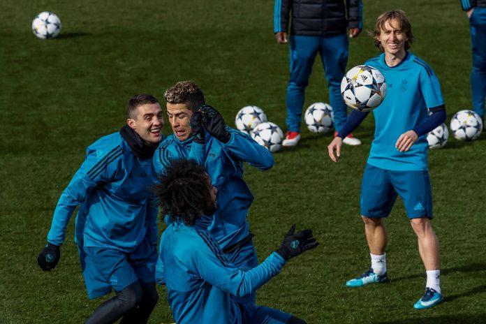 Cristiano y Kovacic chocan amigablemente durante un ejercicio en el último entrenamiento que realizó el Real Madrid en su ciudad deportiva antes de enfrentarse esta noche al PSG.