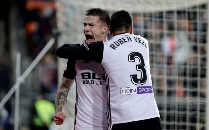 Santi Mina celebra el primer gol del Valencia en el derbi ante el Levante.