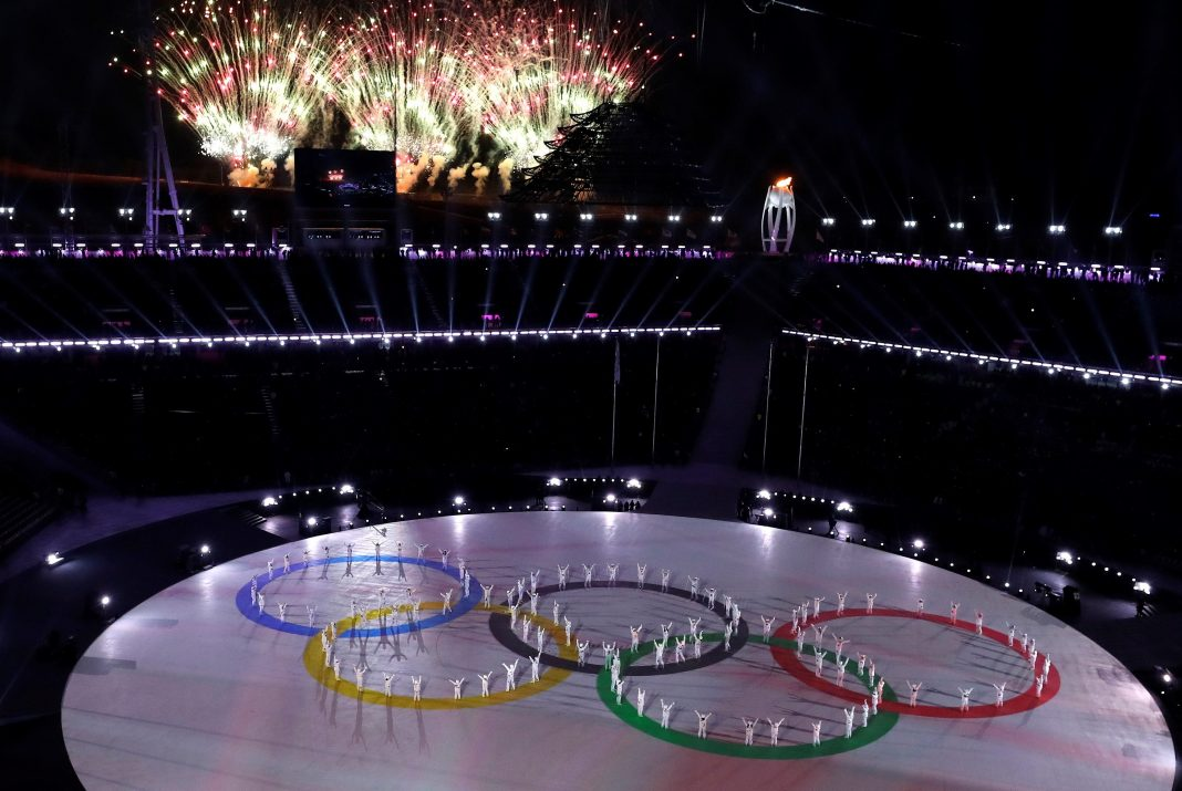 Los fuegos artificiales iluminan el cielo durante la ceremonia de clausura de los Juegos Olímpicos de Invierno en el Estadio Olímpico de PyeongChang, en Corea del Sur. / efe
