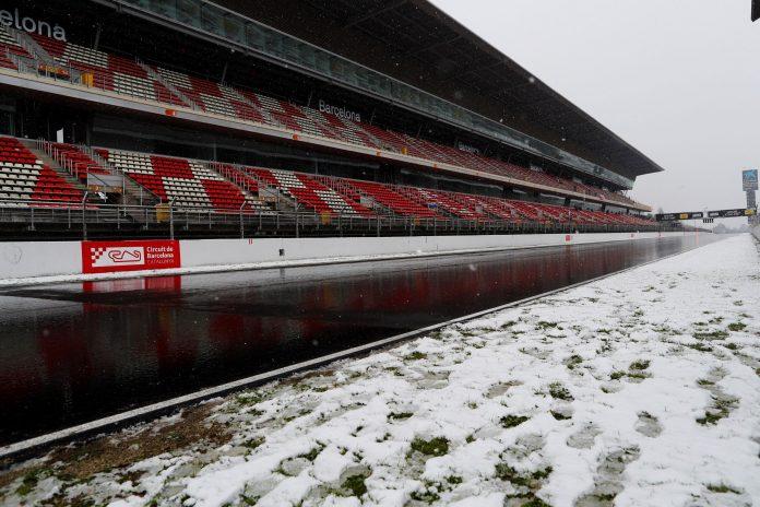 Montmeló amaneció cubierno de nieve y retrasó el inicio de la sesión.