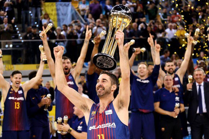 El capitán del Barcelona Lassa, Juan Carlos Navarro, alza el trofeo de campeón de la Copa del Rey después de superar en la final a un Real Madrid que venía de ganar las cuatro últimas ediciones.