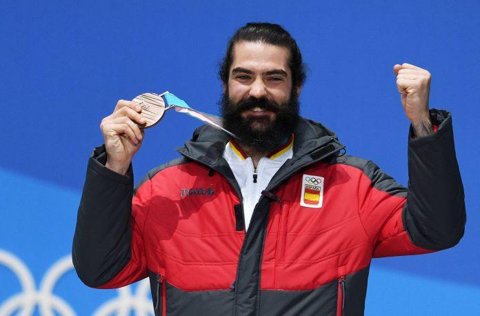 El 'rider' ceutí Regino Hernández muestra orgulloso la medalla conseguida en los Juegos Olímpicos de invierno en Pyeongchang.