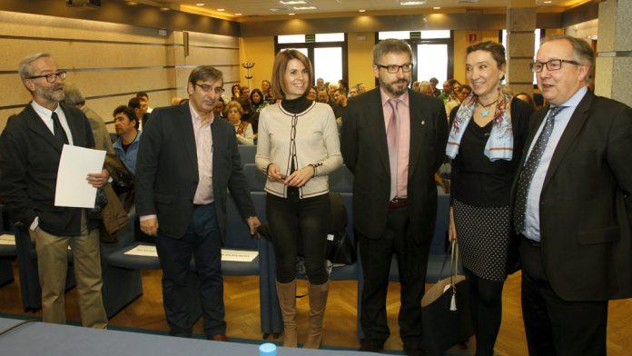 Responsables de la Junta y Diputación de Segovia, con los alcaldes asistentes a la jornada, antes de comenzar la sesión. / nerea llorente