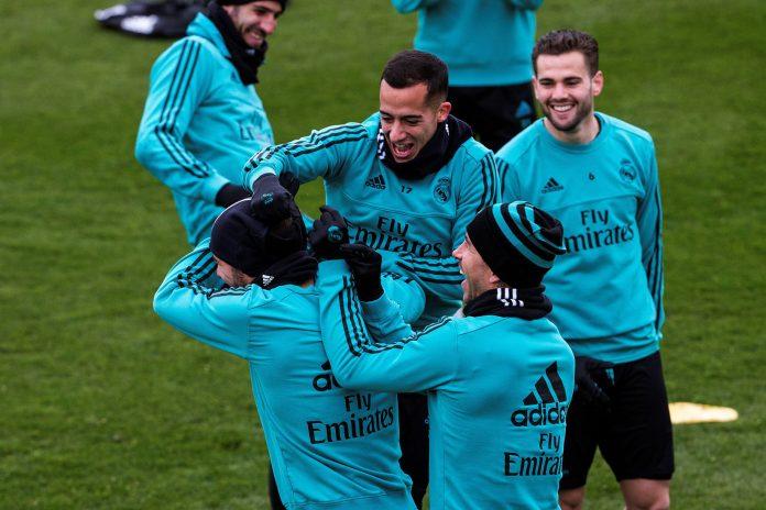 Lucas Vázquez, que esta noche podría tener su oportunidad desde el inicio ante la Real Sociedad, bromea en el entrenamiento de ayer del Real Madrid.