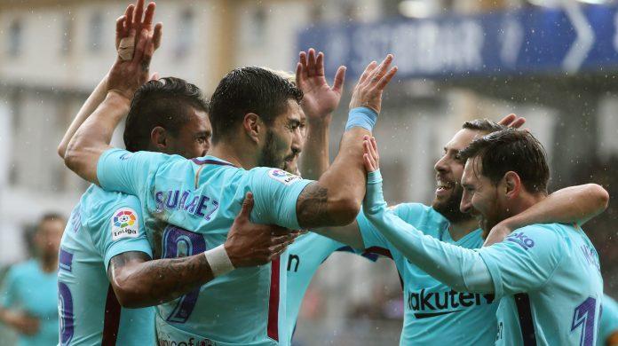 Luis Suárez celebra con sus compañeros el primer gol del Barça en Ipurua, que abría el camino para romper una racha de dos empates seguidos en Liga.