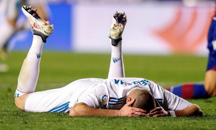 Karim Benzema, anoche uno de los jugadores más destacados del Real Madrid, se lamenta en el césped del Ciudad de Valencia.